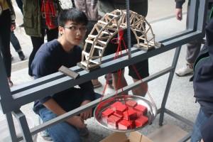 這組大學生超強! 50根冰棒搭木橋可乘載96公斤