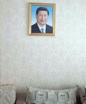 毛澤東再世? 中共強迫少數民族家中高掛習近平像
