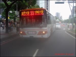 公車拋錨 地表最強女乘客「洪荒之力」一起推至路旁