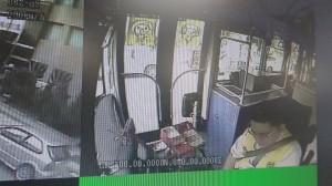 新營公車司機昏迷致車禍 熱心民眾上車救人畫面曝光