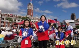 國慶日就是愛台灣! 她自費15萬做國旗帽發送