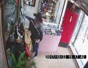 假購物、真偷鑽戒 鳳山警方3小時就逮到貪心婦人