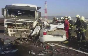 國道拖板車衝破分隔島逆向撞轎車 1家3口喪命