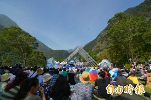 太魯閣峽谷音樂節 千名遊客席地聽樂音