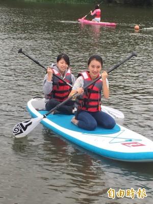 台灣女孩日勇於挑戰 女孩們體驗立式划槳