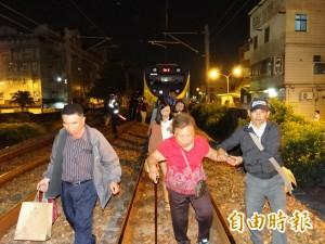 台鐵台南段電車線斷落 7遊覽車接駁300百旅客