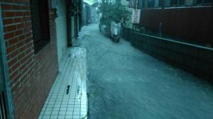 基隆巷弄水淹成溪 竟是排水溝未銜接大排