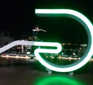 沒公德心!基隆海洋廣場字母裝置藝術 老外竟當溜冰場