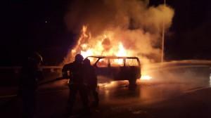 一車載10人 廂型車過雪隧後起火燒光光