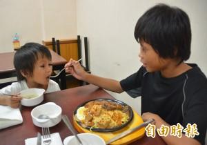 有洋蔥!兄吃愛心牛排 頻頻夾肉先餵3歲弟