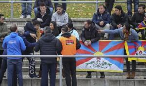 藏旗事件延燒 德媒一面倒批中:敢搶旗就報警