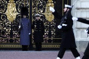 357年首次! 英皇家海軍進行白金漢宮換崗儀式
