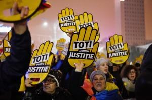 羅馬尼亞執政黨箝制總統、操控司法 群眾暴怒湧上街頭