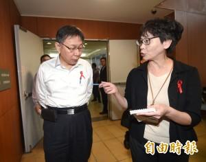 聲援世界愛滋日  北市政府全員齊配紅絲帶