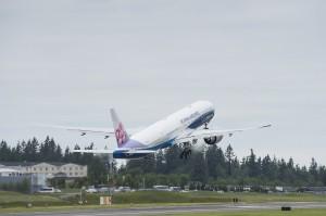 3日客酒後鬧事攻擊空服員 華航班機緊急返航