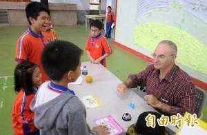 外籍師坐鎮把關 偏鄉3校學童樂學英文