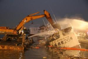 奮戰7小時!鹽埔漁港火燒船 怪手直接開挖船艙撲滅