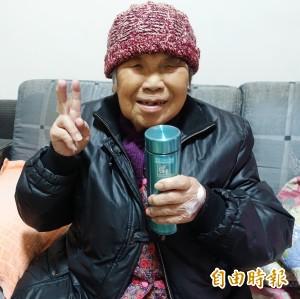 寒冬送暖失能獨居長者 竹市衛生局送保溫杯
