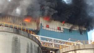濃煙沖天!   高雄港73號碼頭士新水泥廠火警