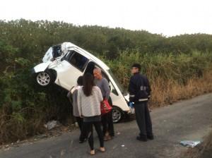 中山高台南下營段轎車衝落邊坡 母女輕傷