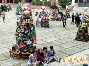 「地表最強書包」堆成耶誕樹 佛教學校的環保創意
