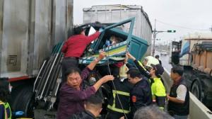 元旦連假首日 花蓮南濱路大貨車追撞大塞車