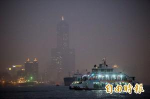 告別2017!霾害中的港都跨年夜 八五大樓半遮面