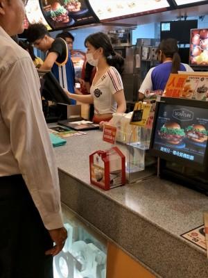 麥當勞店員太正網友暴動 後方「亮點」卻讓人爆笑歪樓