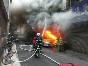 北市公寓惡火 消防員爬關東梯失足3樓摔下