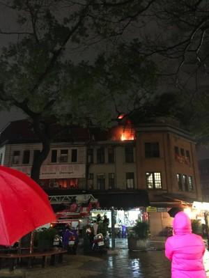 永樂市場旁公寓頂樓冒大火 1樓小吃店客人紛走避