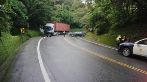 轎車蘇花逆向撞拖車   2車受損、1傷送醫