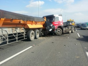 未注意前方塞車 聯結車連環撞BMW駕駛慘死
