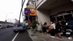 男友扮蜘蛛人求婚 女友嬌羞答應「好啦!」