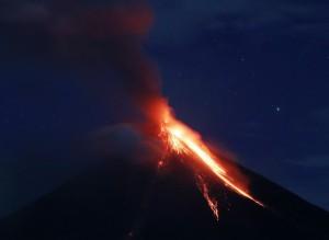 菲律賓火山爆發在即 熔岩流傾瀉蔓延3公里