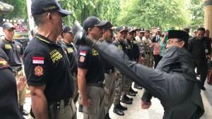 市長迴旋踢菜鳥警察測體格惹議 警長:被踢很開心