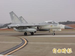 IDF戰機例行訓練左主輪煞爆 空軍司令部致歉