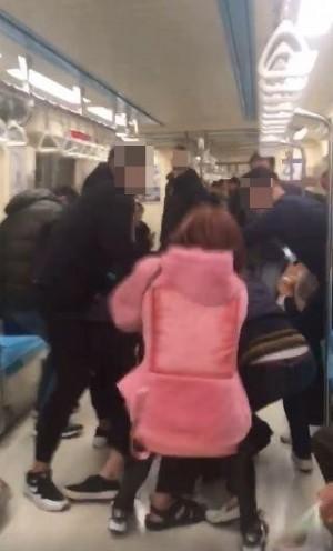 北捷2男車廂內打架 路人媽媽驚天怒吼:下車!