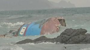 消防員搏命跳海救起7船員 船長獲救稱「開船開到睏去」