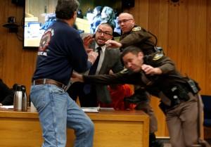 3女全遭狼醫性侵 父出庭失控欲暴打「惡魔」