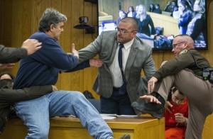 法庭失控撲向狼醫 網讚「英雄爸爸」:給他1分鐘