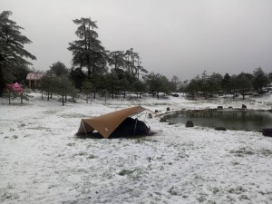 等到雪!福壽山農場天池旁 遊客吃泡麵賞雪