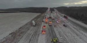 美密蘇里公路上百輛車追撞! 大雪打滑至少2死