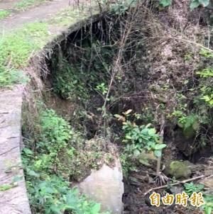 南投一農路路基掏空擴大 遭疑與地震有關
