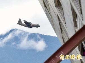 新加坡C-130抵花蓮 卸載救援物資後返國