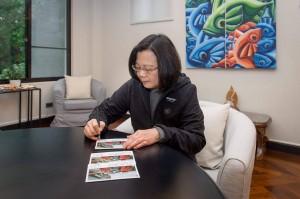 獨家》日本搜救隊來援 小英總統簽名卡片致謝