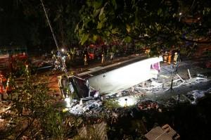 香港雙層巴士公路翻車18死62傷 駕駛遭逮捕