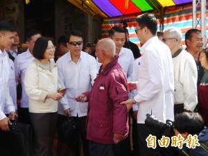 蔡英文初三台中浩天宮發福袋 民眾抗議漲菸稅