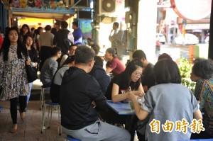 台南28度如夏天 連冰品店也坐滿