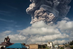 影片曝光!印尼火山噴發 「蕈狀雲」驚攀5千公尺