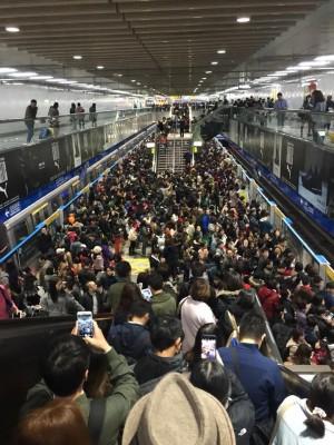 北捷板南線列車異常 忠孝敦化站乘客擠爆月台